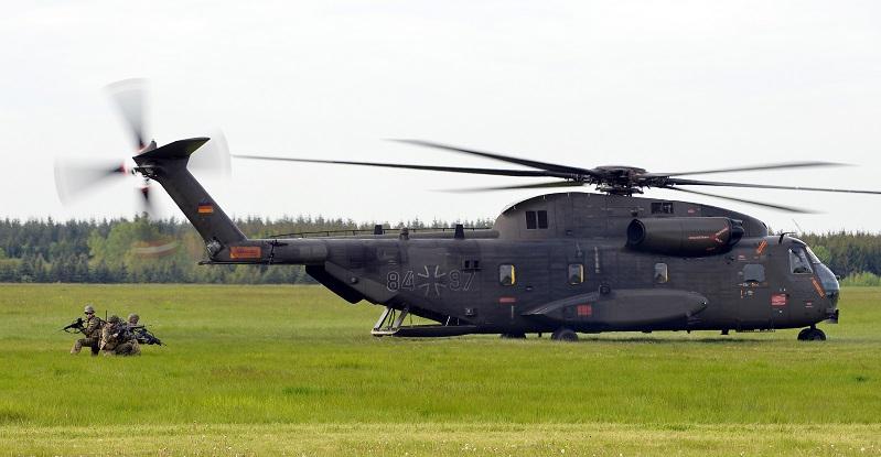 Diese deutsche CH-53 wurde 2015 bei einer Vorführung in Rostock-Laage aufgenommen. Hubschrauber dieses Typs fliegen seit 1972 in der Bundeswehr. (#02)
