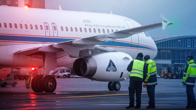 DLR-Techniker führen eine letzte visuelle Inspektion vor dem Start am DLR-Airbus durch. (#03)