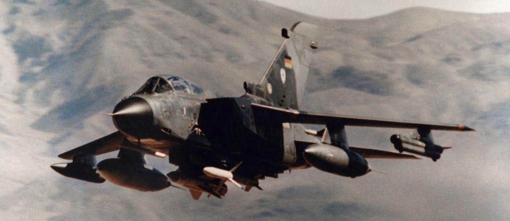 """Als die deutsche Marine noch Jet-Kampfflugzeuge hatte: Aufgenommen in den frühen 2000ern, fliegt hier ein MRCA """"Tornado"""" des 2005 aufgelösten Marinefliegergeschwaders (MFG) 2 vorbei. Unter dem Rumpf ist die Maschine mit einem Seezielflugkörper Typ """"Kormoran"""" (links) und einer AGM-88 HARM-Antiradar-Lenkwaffe bewaffnet. Mit der AGM-88 wurden die Flugabwehrradars des gegnerischen Kriegsschiffes ausgeschaltet, bevor die """"Kormoran"""" zum Einsatz kam. (#8)"""
