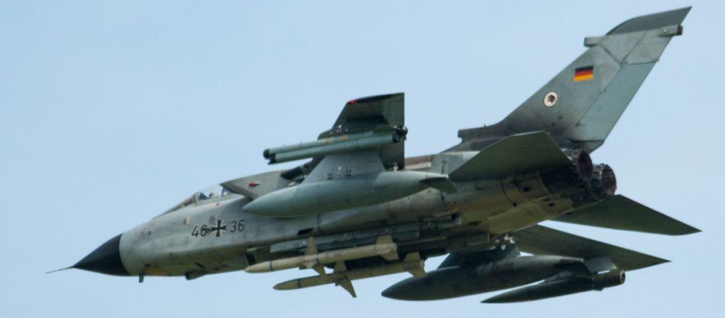 """Ein ECR-Tornado des TaktLwG 51 """"Immelmann"""" beim Überflug. Die Maschine ist unter dem Rumpf mit zwei AGM-88 """"HARM""""-Anti-Radar-Lenkwaffen, einem Cerberus-ECM-Behälter unter der linken und einem BOZ-101-Täuschkörperwerfer unter der rechten Tragfläche bestückt. Hinzu kommen zwei IRIS-T-Luft/Luft-Raketen an den Innenseiten der inneren Flügelpylone zum Selbstschutz. (#6)"""