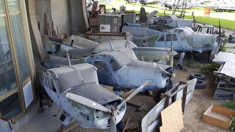 """Tausende Maschinen, unter anderem aus der Luftwaffe und der Marine, stehen auf dem """"Boneyard"""". Da hier neben beschädigten vor allem auch ausgemusterte, alte Flugzeuge landen, ist der Flugzeugfriedhof ein toller Ort, die Geschichte der amerikanischen Luftfahrt hautnah zu erleben. (#01)"""