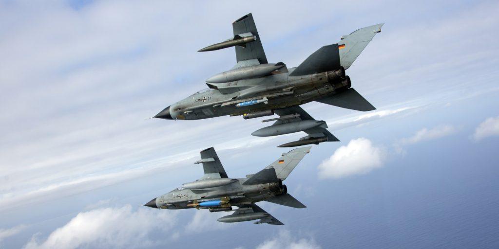 """Ein MRCA """"Tornado"""" IDS ASSTA 3.0 mit der lasergelenkten Bombe GBU-24 und eine zweite Maschine mit der Bombe GBU-54 fliegen über die Spitze von Südafrika im Rahmen der Übung Two Oceans in Bredasdorp/Südafrika, am 24.03.2017. (#4)"""