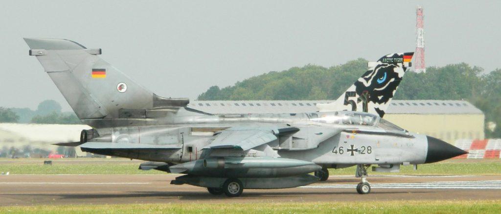 """Zwei MRCA """"Tornados"""" des """"Immelmann""""-Geschwaders rollen am 22. Juli 2013 auf der Flugschau im britischen Fairford zum Start. Die Maschine im Vordergrund ist ein ECR-Tornado. (#7)"""