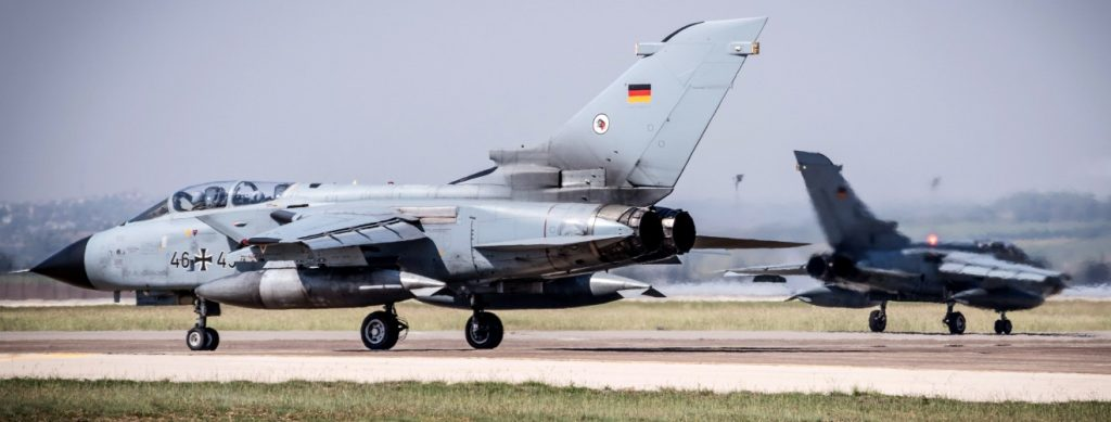 """Zwei MRCA """"Tornados"""", die im Rahmen von Operation Counter DAESH im türkischen Incirlik stationiert sind, rollen zum Start. Im Vordergrund eine ECR-Maschine zur elektronischen Kriegsführung. (#5)"""