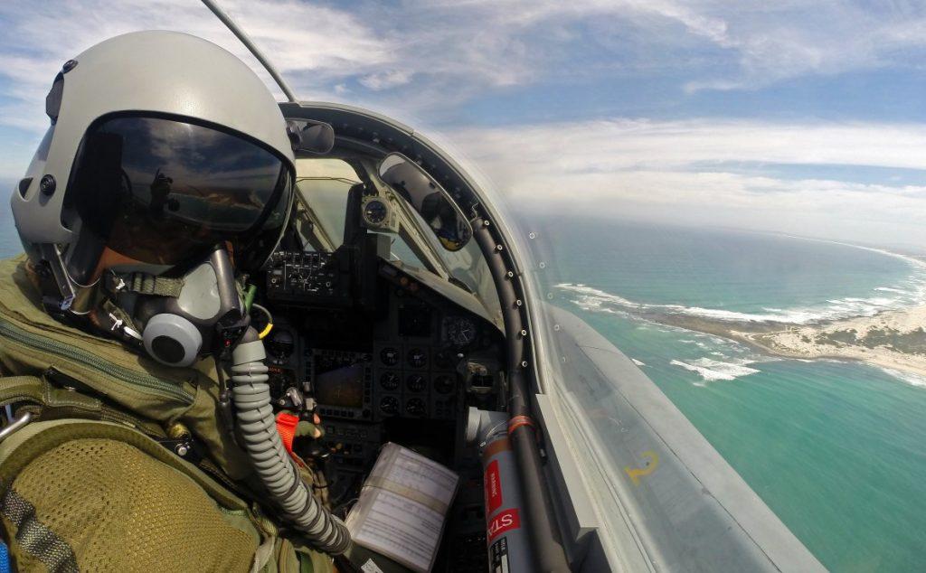 Ein Pilot des Taktischen Luftwaffengeschwaders 33 aus Büchel überfliegt in einem Kampfjet vom Typ Tornado IDS ASSTA 3.0 die Küste Südafrikas, am 15.03.2017. (#2)