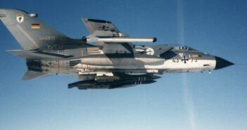 """Probleme durch Vernachlässigung, aber kein Nachfolger: Die Tornado-Jagdbomber der Bundeswehr. Im Bild: Dieses Bild stammt aus den ersten Einsatzjahren des MRCA """"Tornados"""" bei den Marinefliegern. Es zeigt eine Maschine des 1993 aufgelösten MFG 1 im grau-weißen Tarnkleid der frühen Jahre. Die Maschine ist mit """"Kormoran""""-Lenkwaffen zur Schiffsbekämpfung ausgerüstet."""
