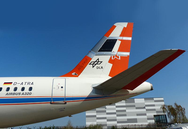 DLR-Wissenschaftler brachten am Leitwerk des Airbus A320-Forschungsflugzeug speziellen Messflächen an. Die dienen dazu, die Luftströmung auf neuartigen Flügelprofilen zu vermessen. (#1)