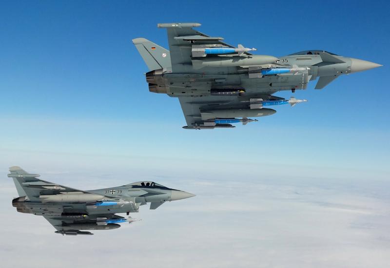 """Am 8. September 2017 fliegen diese beiden """"Eurofighter"""" des Taktischen Luftwaffengeschwaders 31 """"Boelcke"""" über dem schwedischen Übungsgelände Vidsel einen Einsatz zur Erprobung von GBU-48-Lenkbomben. (#1)"""