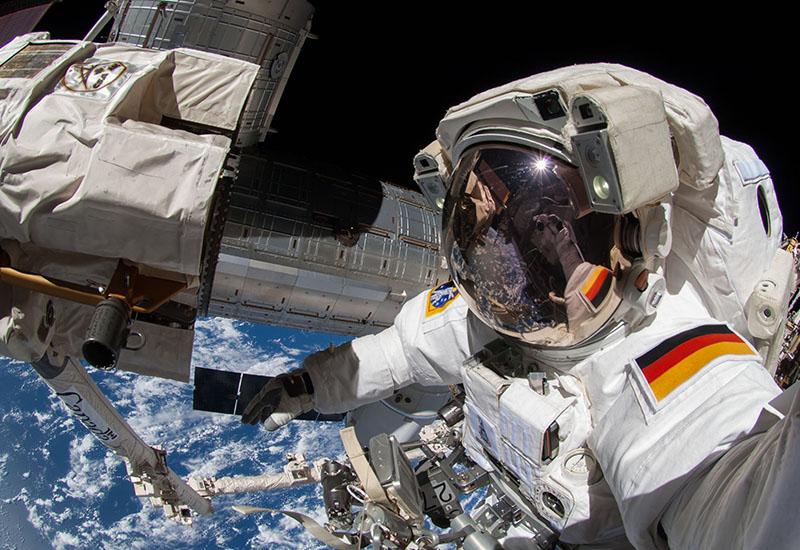 Alexander Gerst bei Außenarbeiten an der Internationalen Raumstation ISS. Der Außeneinsatz am 4. Oktober 2014 dauerte rund sechs Stunden. Zusammen mit Gerst war auch sein NASA-Kollege Reid Wiseman draußen. (#3)