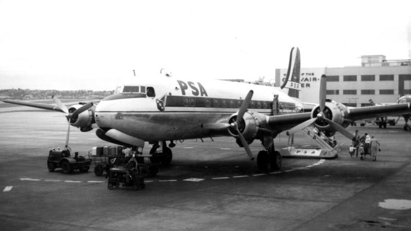 Diese Douglas C-54D Skymaster, ein umgerüsteter Militärtransporter, flog 1959 in den Farben von Pacific Southwest Airlines. Die Aufnahme entstand auf dem Flughafen von San Diego. (#1)