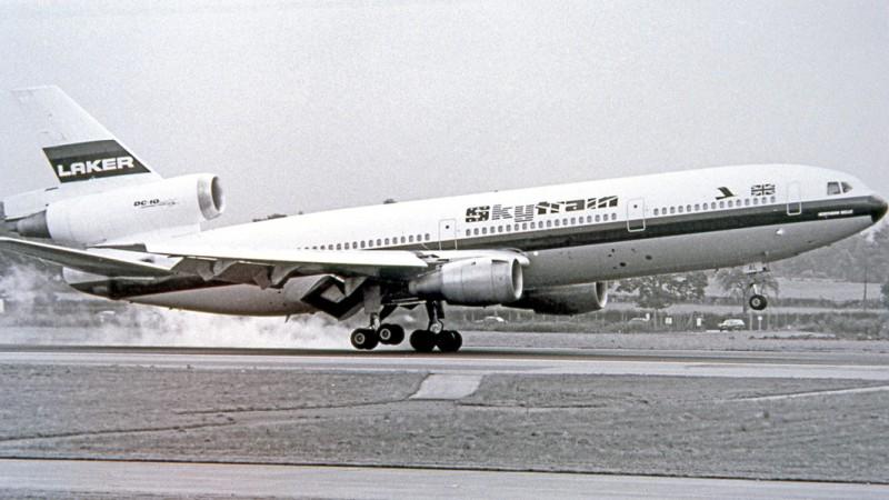 """Der britische Selfmade-Unternehmer Freddie Laker ging 1977 in Großbritannien mit seiner Firma """"Skytrain"""" an der Start und bot Flüge von London-Gatwick zur US-amerikanischen Ostküste für 59 Pfund oder damals 250 D-Mark an. Hier startet einer seiner DC-10-Jets um 1979 vom Flughafen Manchester. (#2)"""