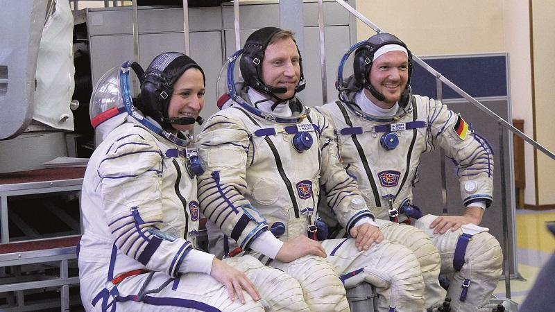 Alexander Gerst (ganz rechts) mit seinen beiden Crew-Kollegen, der US-Amerikanerin Serena Auñón-Chancellor (links) und dem russischen Kosmonauten Sergej Prokopjew (Mitte). (#04)