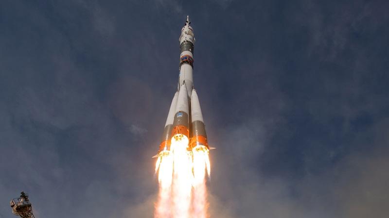 Das Sojus-Raumschiff mit Alexander Gerst, der US-Amerikanerin Serena Auñón-Chancellor und dem russischen Kosmonauten Sergej Prokopjew hebt ab. (#06)