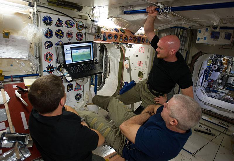 Fussball auf der ISS: Alexander Gerst (im schwarzen T-Shirt und Khaki-Hose) sieht sich zusammen mit Steve Swanson und Reid Wiseman ein Spiel der Weltmeisterschaft 2014 in Brasilien an. (#1)