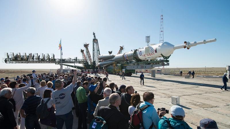 Die Trägerrakete mit dem Sojus-Raumschiff an der Spitze wird zum Startplatz transportiert. Die antennenartige Raketenspitze beherbergt das Rettungssystem. Kleine Raketentriebwerke befördern die Sojus-Kapsel an der Spitze von der abstürzenden Rakete weg und bringen so die Besatzung in Sicherheit. (#05)