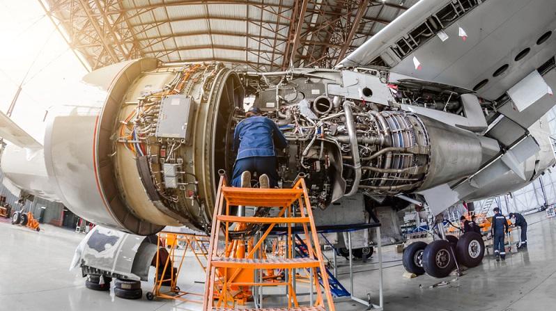 Nach sechs bis zehn Jahren wird jedes Flugzeug generalüberholt. Die Arbeiter nehmen das Flugzeug auseinander, untersuchen alle Einzelteile und ersetzen beschädigte Teile. Zumeist werden die Teile auch geröntgt, um Haarrisse ausfindig zu machen. (#02)