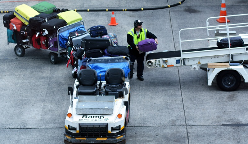 Sicherheitsmaßnahmen am Boden sind fast genauso wichtig wie Maßnahmen an Bord - nur so können Unfälle oder andere Probleme am Flughafen selbst verhindert werden. (#03)