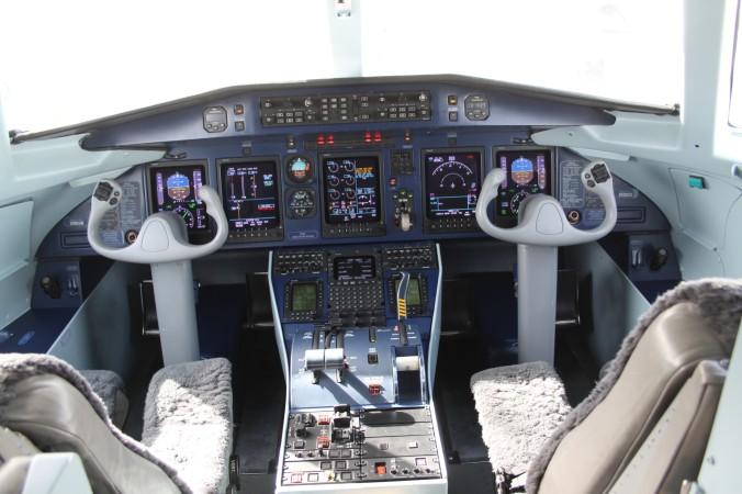 Blick ins Cockpit einer Do 328Jet, aufgenommen im Juli 2012 in Abu Dhabi. (#3)