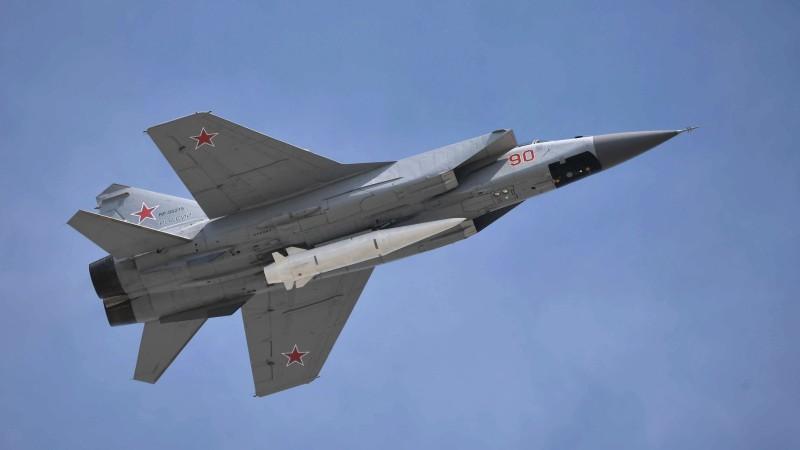 """Aufgenommen während der traditionellen Moskauer Siegesparade zum Jahrestag des Sieges über NS-Deutschland: Eine MiG-31 mit einer """"Kinzhal""""-Lenkwaffe unter dem Rumpf. (#1)"""