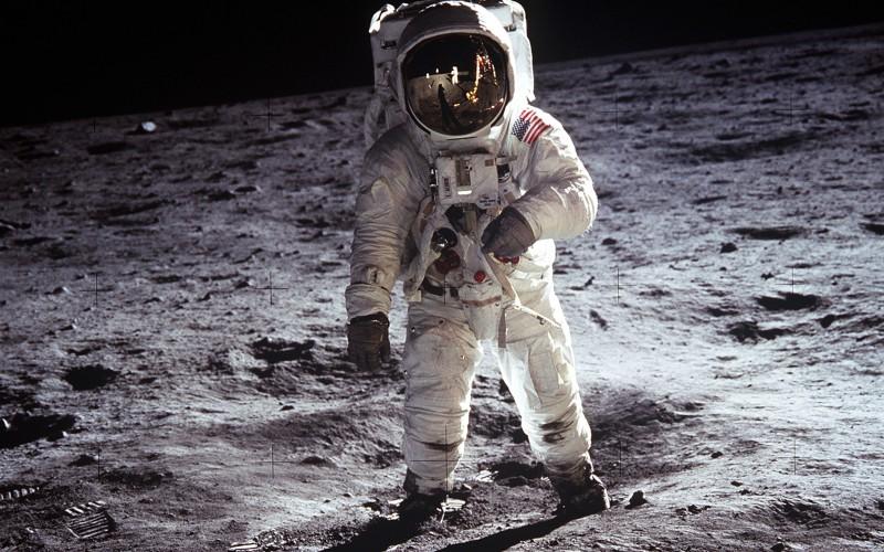 Mondspaziergang: Edwin Aldrin nach der Landung von Apollo 11 im Jahre 1969. Zum Ein- und Aussteigen musste der Rückentornister weggeklappt werden. (#5)
