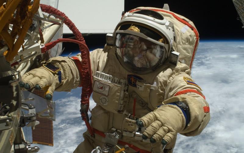 """Der russische Kosmonaut Oleg Kotov bei Außenarbeiten an der Internationalen Raumstation ISS in einem Anzug Typ """"Orlan"""" (#4)"""