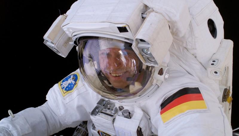 Thomas Reiter trägt einen amerikanischen Anzug. Deutlich zu sehen: Schaltelemente vor der Brust sowie Kameras und kleine Scheinwerfer an beiden Helmseiten. So sieht die Bodenkontrolle, was der Astronaut tut und kann ihn unterstützen. (#1)