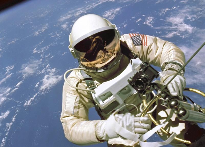 Erster Ausstieg: US-Astronaut Ed White war nach dem Kosmonauten Alexei Leonow der zweite Mensch, der am 5. Juni 1965 im All ausstieg. Er wurde durch Leitungen aus dem Gemini-Raumschiff versorgt und hatte ein Pressluftgerät dabei, um zu manövrieren. (#3)