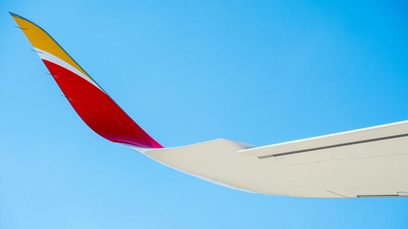 Im Bild ein Winglet an der Flügelspitze einer A350-900 von Iberia. Winglets sorgen für eine bessere Seitenstabilität, verringern den Luftwiderstand und verbessern so den Gleitwinkel sowie die Steigzahl bei niedriger Geschwindigkeit. (#4)