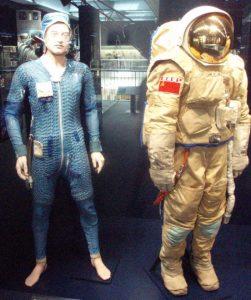 Zwei in einem: Der russische Orlan-Anzug mit der dazugehörigen Kühlunterwäsche (links), in deren Leitungen Luft und Wasser zirkuliert. (#6)