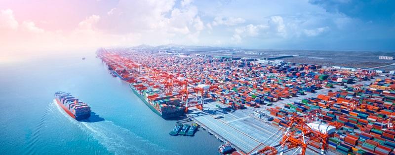 Die stärkere internationale Zusammenarbeit zwischen Unternehmen führt zur einem starken Anstieg des Warentransports rund um den Globus. Das verursacht eine Zunahme des Seehandels, denn die Güter werden auf riesigen Containerschiffen günstig befördert.