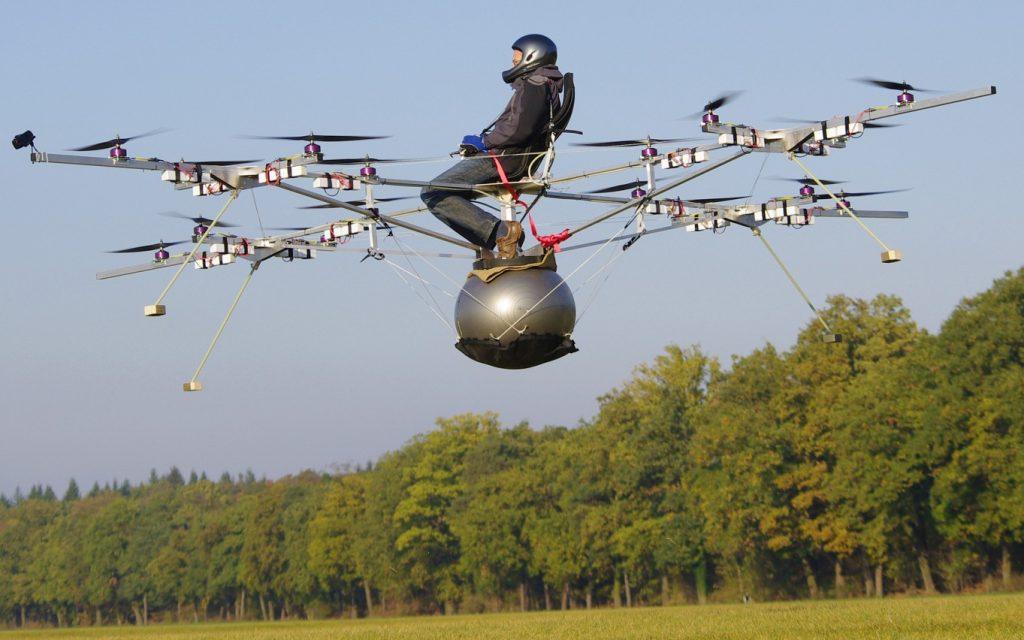 Am 21. Oktober 2011 gelang Thomas Senkel vom Team e-volo der weltweit erste bemannte Flug mit einem elektrisch angetriebenen Multicopter. (#1)