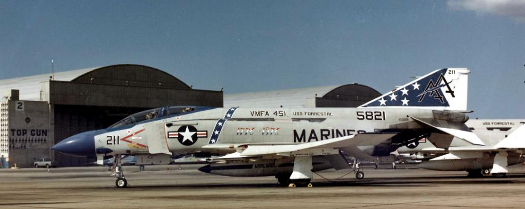 """Dieses Foto von 1976 zeigt eine Mc Donnell Douglas F-4J """"Phantom II"""" einer Jagdbomberstaffel  des U.S. Marine Corps vor den """"Top Gun""""-Hangars in Miramar. (#4)"""