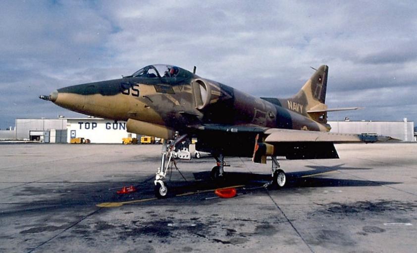 """Aufgenommen auf dem Vorfeld des US-Marineflliegerhorsts Miramar: Leichte Jagdbomber wie diese Douglas A-4E """"Skyhawk"""" stellten sowjetische Flugzeuge wie die MiG-17 und MiG-19 dar. (#6)"""