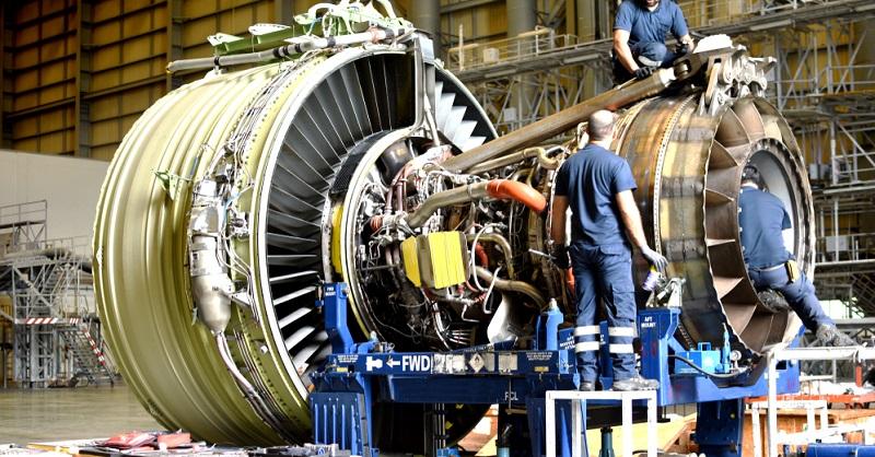 Die Ausbildungsdauer beträgt bei diesem Beruf 3,5 Jahre. Sie findet im dualen System statt. Das bedeutet, dass Sie während der Berufsausbildung einen erheblichen Teil in einem Betrieb der Luftfahrtindustrie arbeiten und auf diese Weise die praktischen Bestandteile dieser Tätigkeit erlernen.