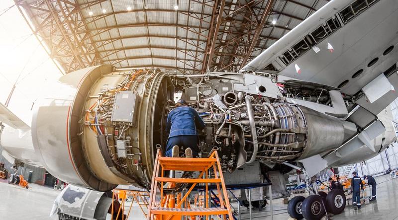Die Mechaniker montieren die einzelnen Bauteile und überprüfen die Funktionsweise vor der Auslieferung der Flugzeuge.