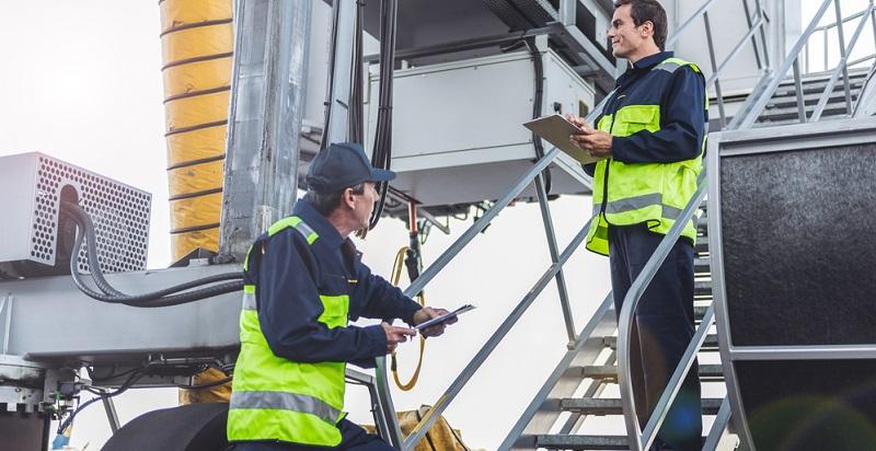 Die Ausbildung zum Luftverkehrskaufmann oder zur Luftverkehrskauffrau findet im dualen System statt. Das bedeutet, dass Sie einen großen Teil der Ausbildungszeit in einem Betrieb der Luftfahrtindustrie arbeiten. Das dient in erster Linie dazu, die praktischen Fähigkeiten zu erlernen.