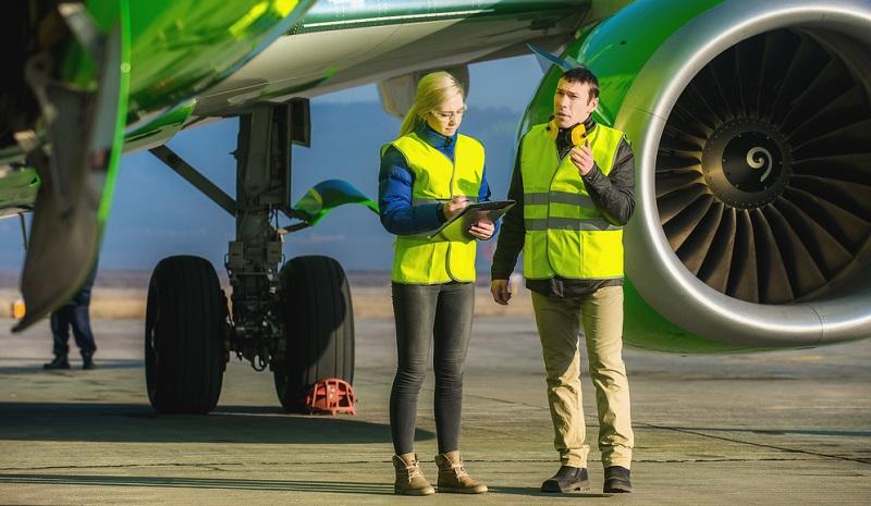 Ein Job in der Luftfahrtindustrie ist der Traum vieler junger Menschen. Das Fliegen stellt eine Tätigkeit dar, die viele Abenteuer verspricht.