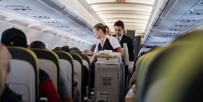 Flugbegleiter/innen sorgen für das Wohlbefinden und die Sicherheit von Fluggästen