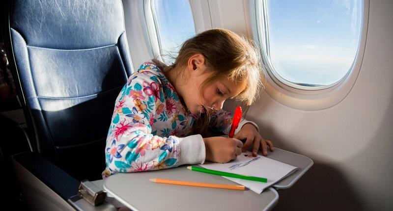 Übrigens ist es nicht nur die Langeweile, die ein Kind auf dem Flug plagt. Auch der Druckausgleich ist für den Nachwuchs schwerer, die Eustachische Röhre kann sich sogar entzünden und schmerzt dann sehr.