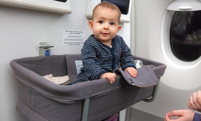 Damit Stress erst gar nicht aufkommt, sollten Eltern bereits beim Buchen das Babykörbchen in der ersten Reihe und das Freigepäck für das Baby reservieren.