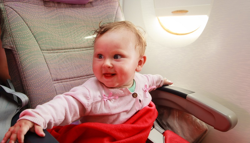 Viele Fluggesellschaften verfügen in ihren Flugzeugen in der ersten Reihe über ein Baby-Körbchen, welches an der Bordwand angebracht ist.