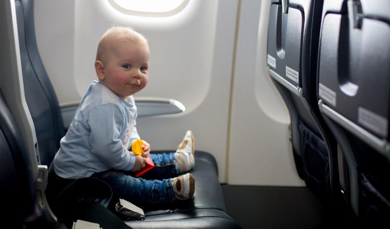 Wird kein eigener Sitzplatz für das Baby gebucht, bekommt es einen Schlaufengurt, der Loop Belt genannt wird. Mit diesem Gurt ist das Baby mit Mamas oder Papas Gurt verbunden.
