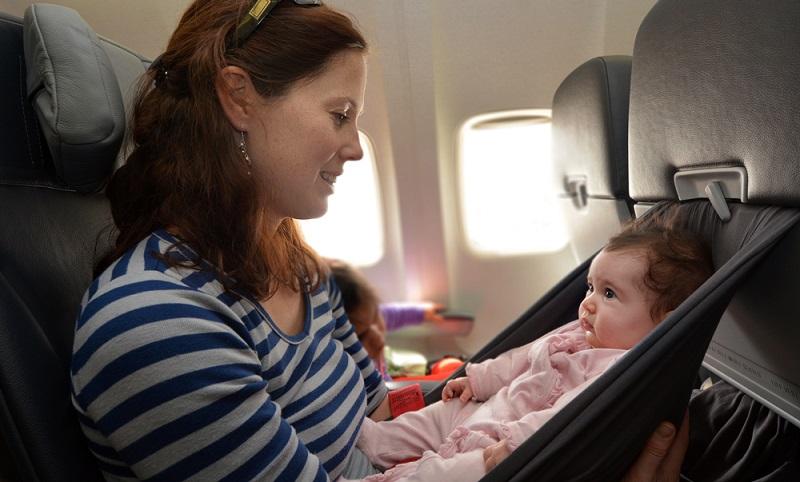 Bei den meisten Fluggesellschaften müssen Kinder bis zu einem Alter von zwei Jahren in Begleitung eines Erwachsenen reisen und auf dessen Schoß Platz nehmen.
