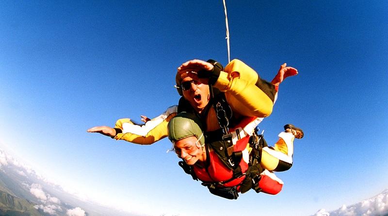 Einen Tandemsprung als Geschenk eine tolle Idee, wenn der Partner das auch gerne mag ( Foto: Shutterstock-Atlaspix )