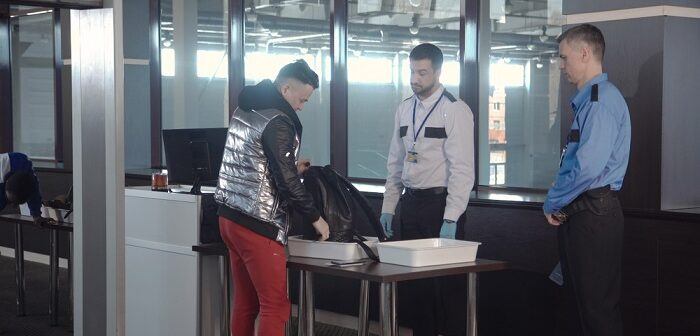 Sicherheit am Flughafen: Dank Sachkundeprüfung und 34a-Schein in der Security arbeiten ( Foto: Shutterstock- FrameStockFootages)