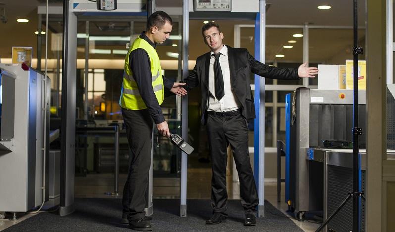 Das Luftsicherheitsgesetz regelt in § 5 die mögliche Kontrolle von Passagieren und dem zugehörigen Gepäck. ( Foto: Shutterstock-gor Karasi)