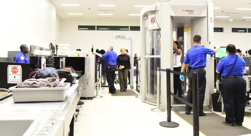 Kontrolle am Flughafen erfolgt durch ausschließlich geschultem Personal ( Foto: Shutterstock-Hayk_Shalunts )